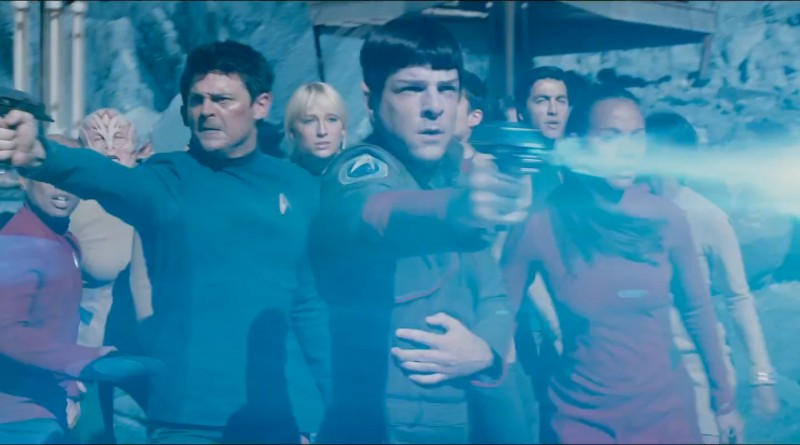 Umringt von Feinden versuchen Spock und Bones die Crew zu verteidigen